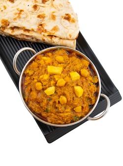 Северо-индийская здоровая кухня chole paneer на белом фоне