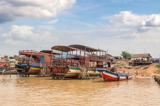 Плавучая деревня чонг кхнеас недалеко от сием рип, камбоджа