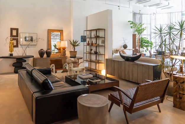 重慶、中国、2020年6月5日:屋内アパートのモダンで明るく快適な雰囲気。一般的な清掃、家具、住宅販売の準備。木製カントリーヴィラ