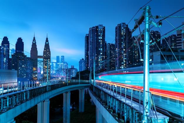 Городской пейзаж чунцина и железнодорожный транспорт
