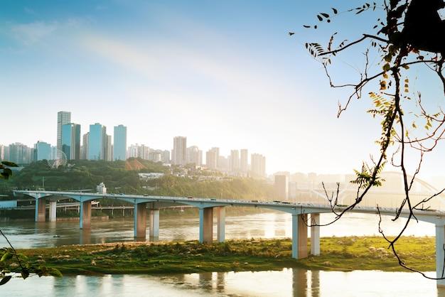 重慶の街並み、モダンな橋、高層ビル。