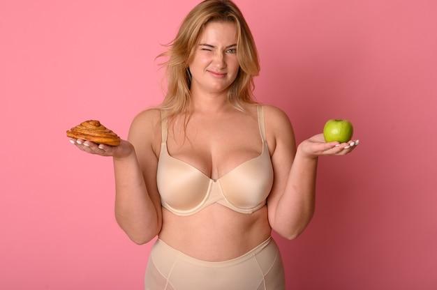 정크 푸드와 과일 사이의 건강한 식습관 비교를 선택하십시오.