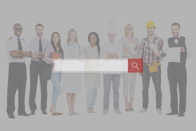 직업을 선택하세요. 흰색 배경에 서로 가까이 서서 웃고 있는 다양한 직업의 다양한 사람들