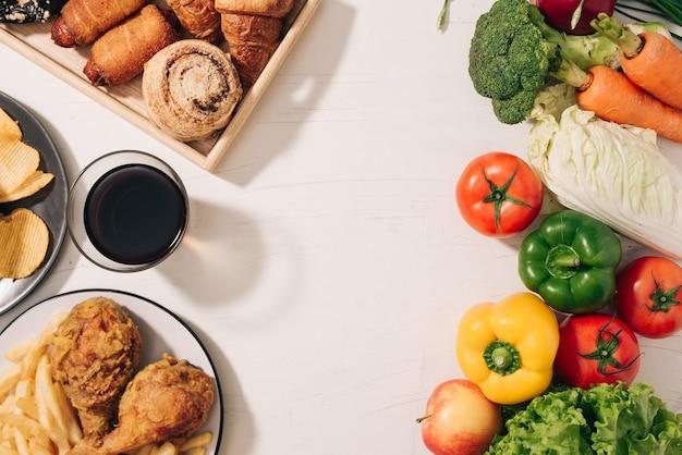 Выбор между фруктами и сладостями. здоровая пища против нездоровой.
