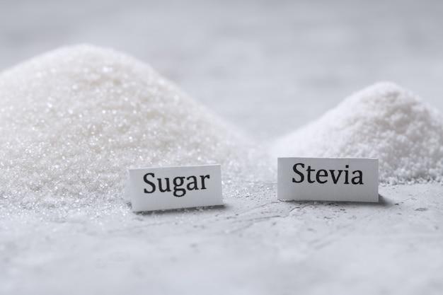 Выбор между сахаром и подсластителем стевией в кучах с подписью