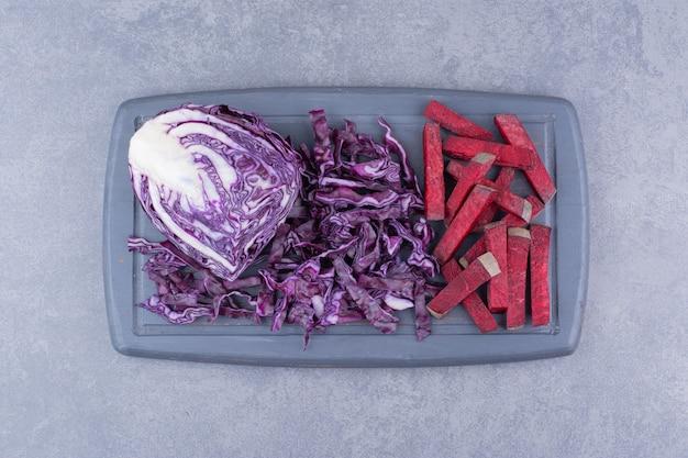 Tagliata di barbabietola con cavolo viola sul tagliere