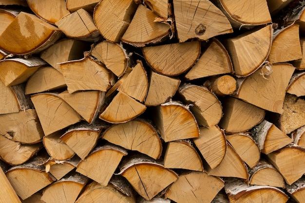 日陰で晴れた朝に、家庭用暖房用に刻んだ白樺の薪。高品質の写真