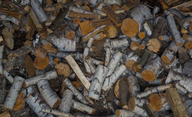 잘게 잘린 자작나무 장작은 라즈베리 접힌 장작에 놓여 있습니다.