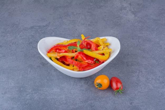 Салат из рубленого цветного болгарского перца с помидорами черри