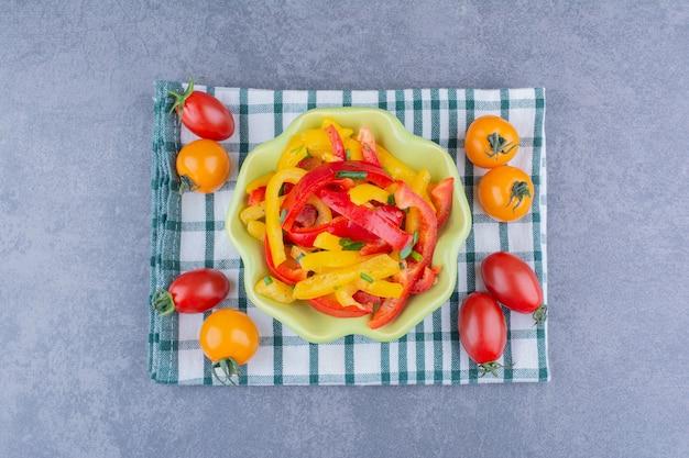 방울토마토를 곁들인 다진 컬러 피망 샐러드