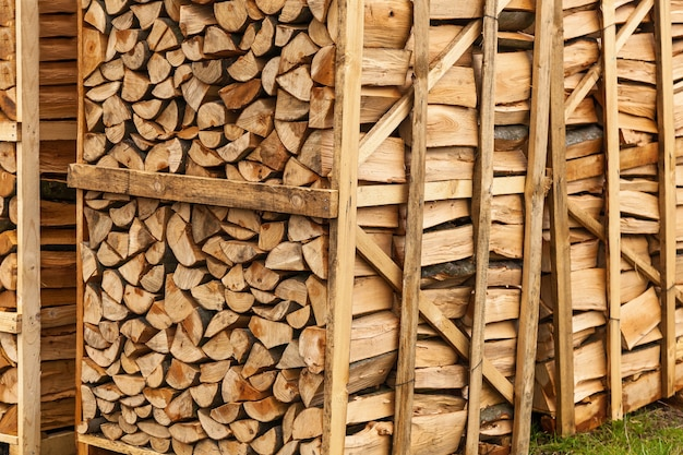 みじん切りの薪、箱に積み上げられたみじん切りの薪、薪の背景。