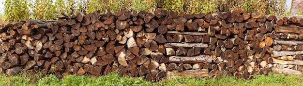 Рубленые дрова, колотые дрова, сложенные в ящики, фон дрова.
