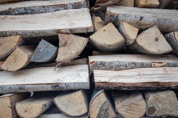 暖炉用の刻んだ薪は、暖房の季節に木材を収穫するきちんと折りたたまれた山です