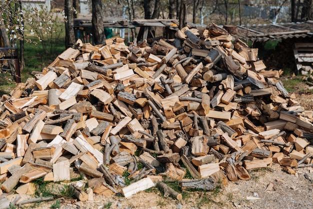 さまざまな種類の木から刻んだ薪冬用の薪の準備
