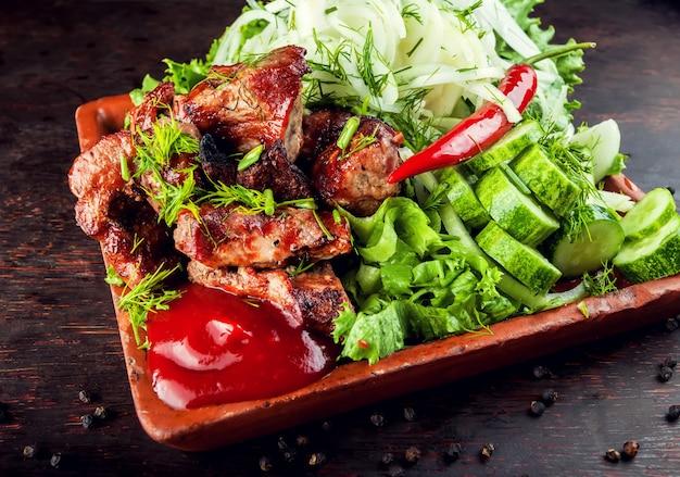 Жареные на гриле жареные вкусные стейки мясо ягненка свинины на тарелке