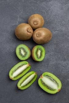 다진 키위 열매. 키위 과일 3 개. 평면도