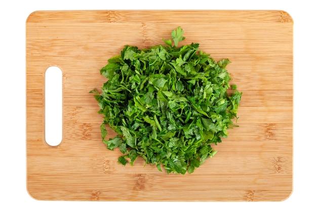 白、野菜、上面図で分離された木の板に刻んだパセリの葉