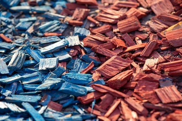 Рубленые куски цветного дерева для украшения почвы Premium Фотографии