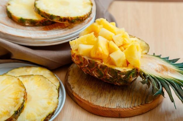 半分パイナップルに刻んだパイナップル新鮮なおいしいパイナップルを細かく切っておいしい夏