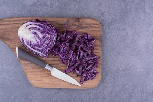 Cavolo viola tritato su un piatto di legno