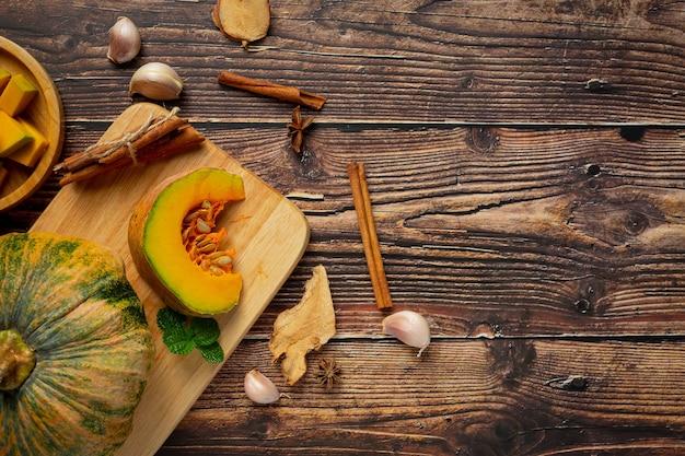 木製のまな板の上に刻んだ生かぼちゃ