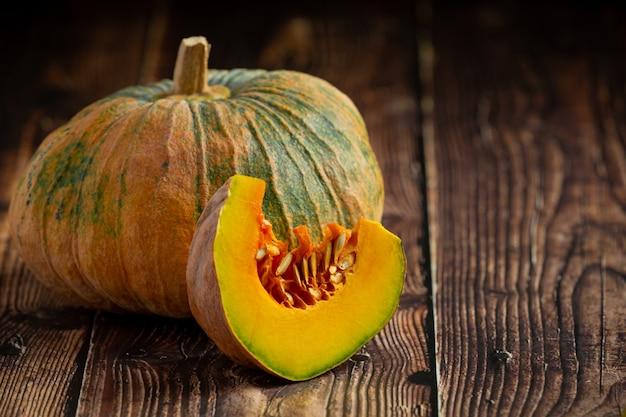 みじん切りの生かぼちゃを木の床に置く