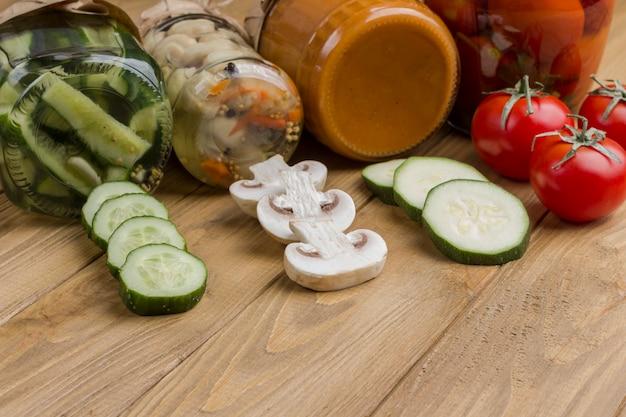 다진 생 야채. 유리 항아리에 야채 통조림. 건강한 겨울 영양. 수제 발효 제품. 가벼운 나무 표면. 공간을 복사하십시오. 확대