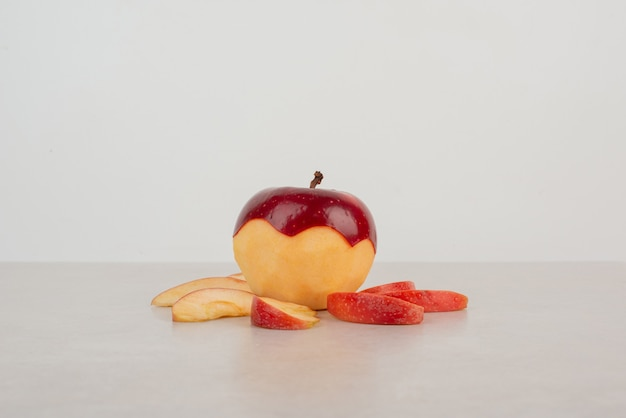 白いテーブルにスライスした赤いリンゴのみじん切り。