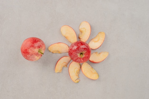 スライスしたみじん切りの赤いリンゴ。