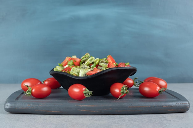 콩과 허브와 함께 잘게 잘린 토마토 샐러드.