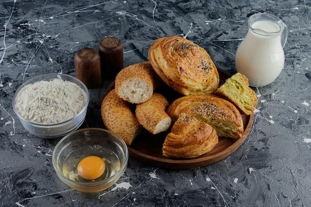 잘게 썬 터키 베이글은 익히지 않은 닭고기 달걀과 우유 한 잔을 곁들입니다.