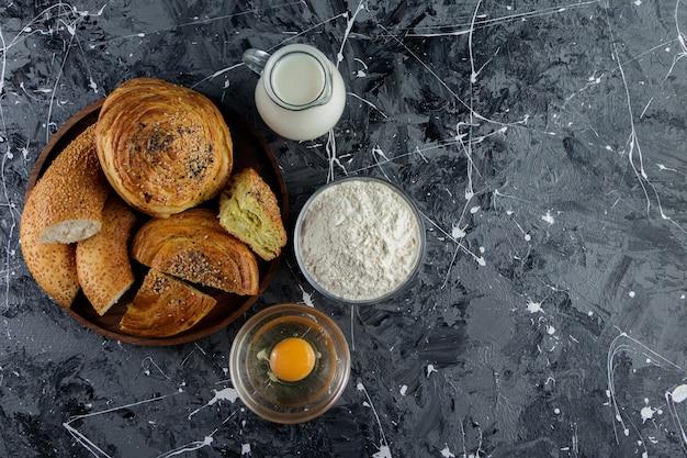익히지 않은 닭고기 달걀과 우유 한 잔으로 잘게 썬 터키 베이글 모방