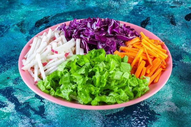 접시에 다진 다양한 야채