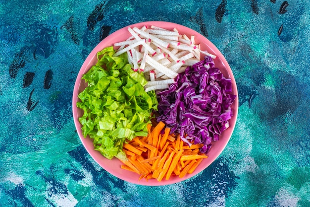 Tagliate varie verdure in un piatto