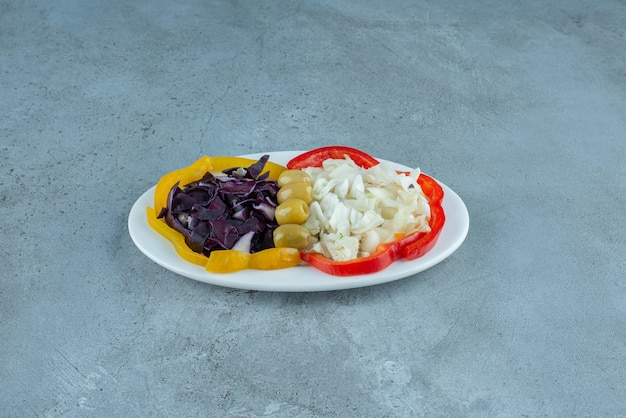 Insalata di verdure tritate in un piatto bianco.