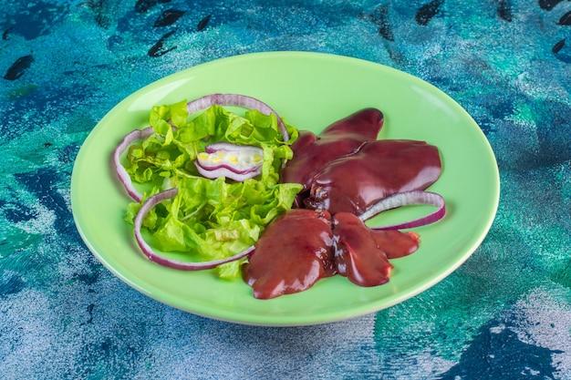 刻んだ野菜と内臓を皿に盛り付ける
