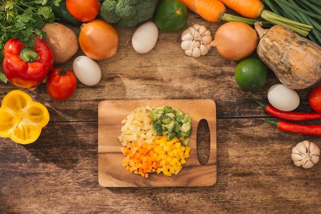 まな板に刻んだ野菜とおいしいベジタリアン料理の材料