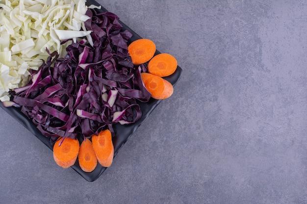 당근과 다진 흰색과 보라색 양배추