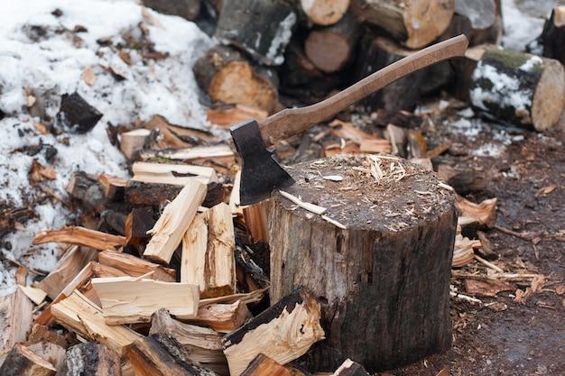 みじん切りの木。屋外で薪を割った斧。