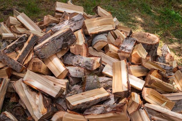 家を暖めるために冬に備えて、外の山に刻まれた木。ストーブと暖炉の燃料。