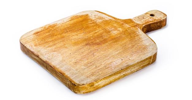 まな板、手作りの木製キッチンボード、ヴィンテージの素朴な台所用品、孤立した白い表面