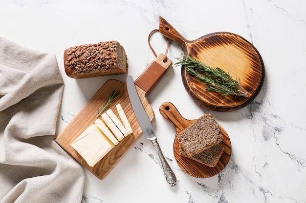 Разделочная доска со свежим маслом на столе