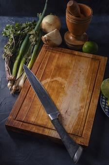 Разделочная доска с овощами на черном