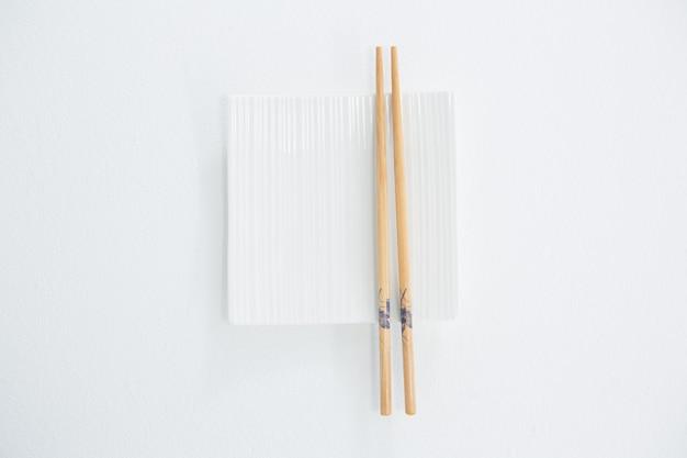 空の皿が付いている箸