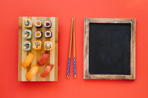Палочки для еды между рулонами и доской