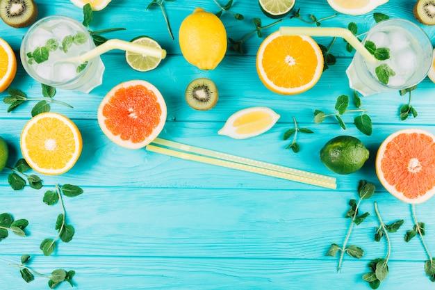 Bacchette vicino agli agrumi e composizione di bevande