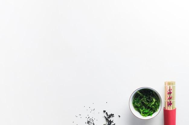 海藻サラダの近くの箸
