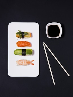 Палочки для еды из соевого соуса и суши
