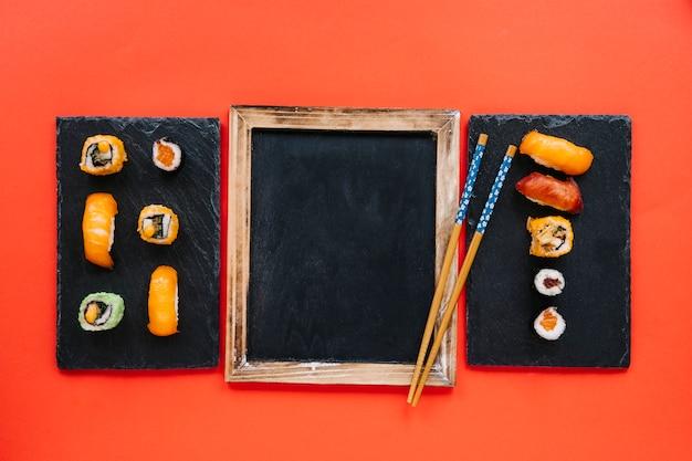 Палочки для еды на доске для суши