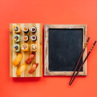 Палочки для еды на доске возле суши